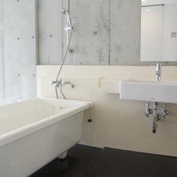 洗面台もこちらに。(※写真は8階の同間取り別部屋のものです)