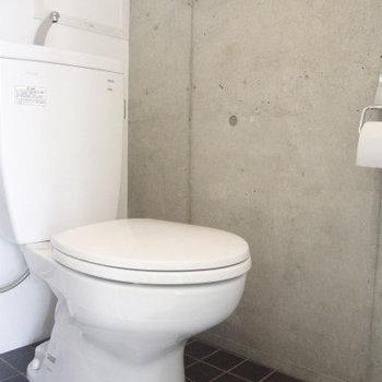 トイレは案外シンプル(※写真は8階の同間取り別部屋のものです)