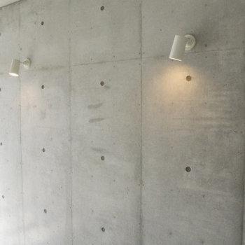 このコンクリの壁にスポットライトもステキ(※写真は8階の同間取り別部屋のものです)