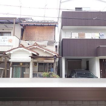向かいの家々。