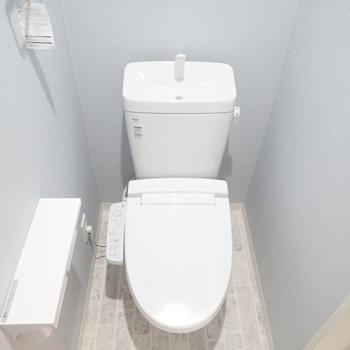 青い壁紙のトイレ。