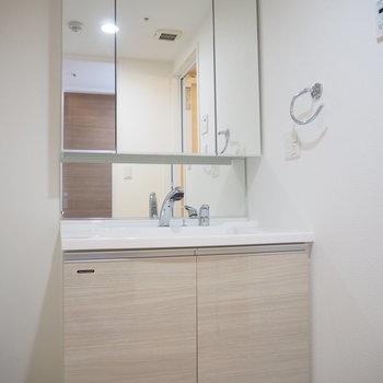 大きな鏡が嬉しい独立洗面台です