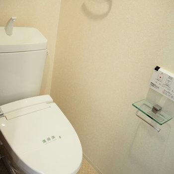 ウォシュレット付きのトイレです。小物のデザインも素敵。