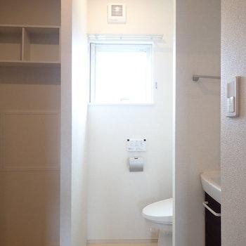 トイレですが、ドアがありません!上にカーテンを取り付けられるようになっています。