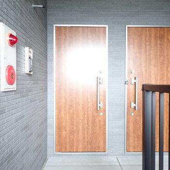 右側の扉がお部屋です。木調でおもしろい。