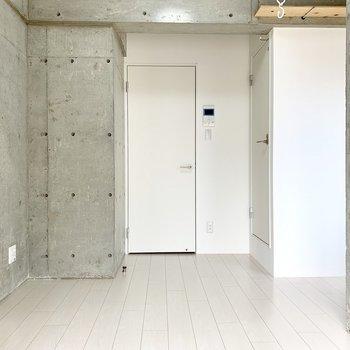 白とコンクリを基調としたお部屋