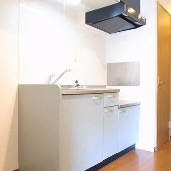 キッチンはゆったりめです!左に冷蔵庫を置けます。(※写真は1階の反転間取り別部屋のものです)