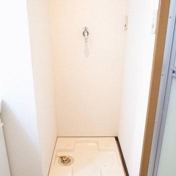 洗濯機置き場は真ん中に。(※写真は1階の反転間取り別部屋のものです)