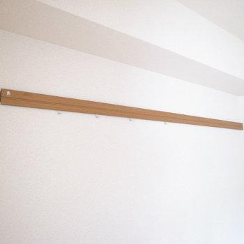 木製のピクチャーレールもあります。(※写真は1階の反転間取り別部屋のものです)