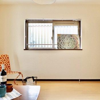 腰窓になっているので、家具を壁付けできますね。※小物はサンプルです
