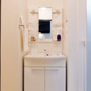 鏡横に化粧水や歯ブラシも置けますよ。※小物はサンプルです
