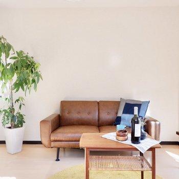 2シーターのソファを置いてもこの余白、ベッドだとしても十分な広さです。※小物はサンプルです