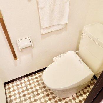 トイレもサニタリーと同じ柄。手摺も付いていました。