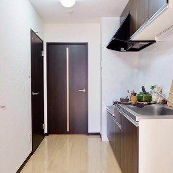 冷蔵庫はキッチン横に置けますよ。※小物はサンプルです
