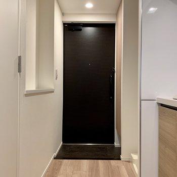 玄関扉はシックな色