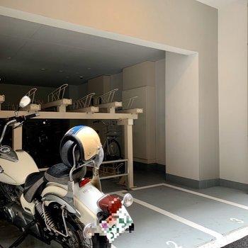 バイク置き場と、