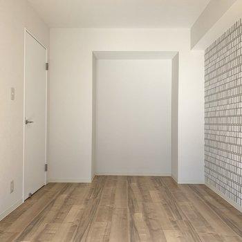 【洋室】奥には棚が置けそうなスペースがあります※写真は前回募集時のものです