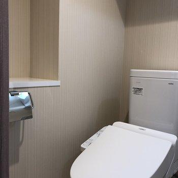 トイレの横のくぼみにはトイレットペーパーのストックが置けますね。