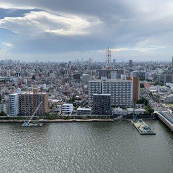 眺望は川と都会を一望