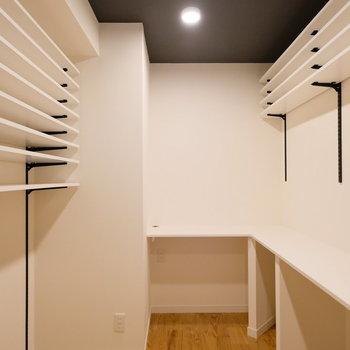 キッチン裏に、書斎スペースもあります。