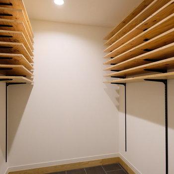 土間スペースには高さを調節できる可動棚がありますよ。