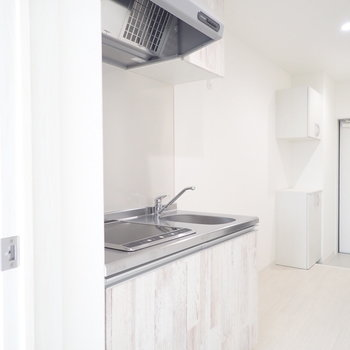 キッチン部分はスペースがたくさん。※写真は同間取り別部屋のものです。