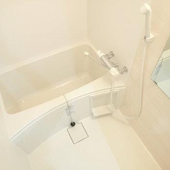 お風呂は広くて清潔です。※写真は同間取り別部屋のものです。