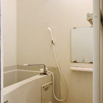 鏡付きお風呂。※写真はクリーニング前のものです