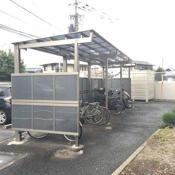 屋根付きで高さのある自転車置場です。