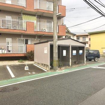 ゴミ置き場はマンションの前に。