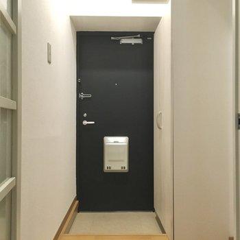玄関は普通サイズかな?黒のドアが引き締めてくれます。