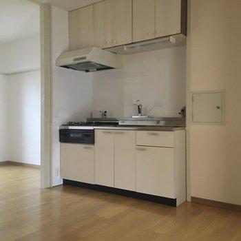 大きなLDKには壁付けにキッチン。冷蔵庫は右側に置けそうです。