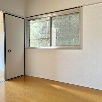 【洋室4.5帖】目の前の眺望は壁ですが、換気にはいい窓