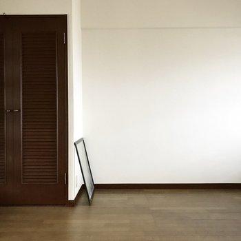 クローゼットの扉はアンティークチック。(※写真は8階の同間取り別部屋、清掃前のものです)
