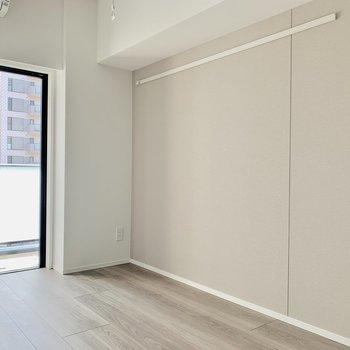 クロスは小豆色ですよ〜※写真は7階の同間取り別部屋のものです