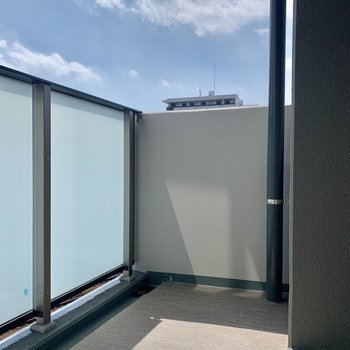 バルコニーはゆったりできる広さがあります※写真は7階の同間取り別部屋のものです
