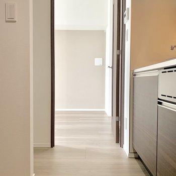冷蔵庫はキッチン正面です※写真は7階の同間取り別部屋のものです