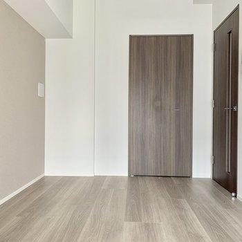ベッドはアクセントクロス側に※写真は7階の同間取り別部屋のものです