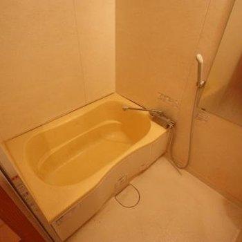 お風呂のサイズ感、ちょうどいい。浴室乾燥機付き!(※写真は4階の同間取り別部屋のものです)