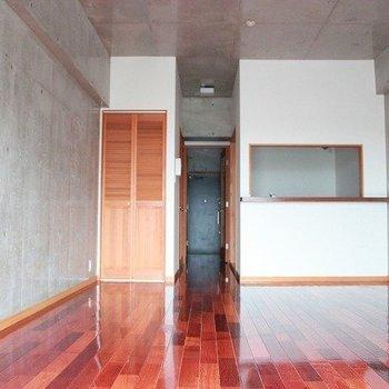 赤味の強い床とコンクリートの組み合わせがとてもかっこいい(※写真は4階の同間取り別部屋のものです)