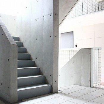 共有スペースにある階段の雰囲気、いいですね
