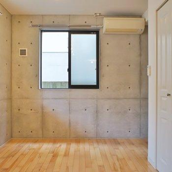 窓が多く風通し◎。※写真は101号室のもの