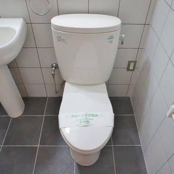 お隣がおトイレ。※写真は101号室のもの