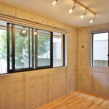 窓も大きくていい感じ♪。※写真は101号室のもの