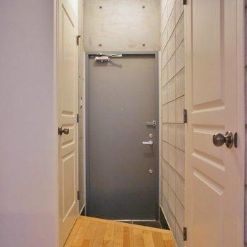 こちらが玄関スペース。※写真は101号室のもの