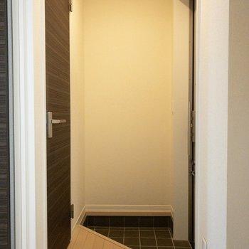 三角形の玄関。※写真は前回募集時のものです