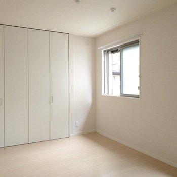 【洋室】窓の下にベッドを置いてもいいですね。※写真は前回募集時のものです
