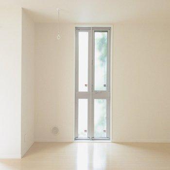 【LDK】窓の横にテレビが設置できそうですよ。※写真は前回募集時のものです