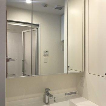 大きな鏡が特徴の洗面台