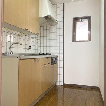 キッチンにも小窓付き。換気もバッチリ。